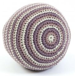 Hæklet bold m. klokke fra Smallstuff - Pudder